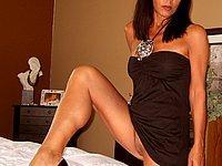 Sexy Luder mit geilen Beinen und blanker Muschi