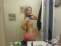 H�bsche Blondine fotografiert sich selbst nackt