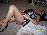 Scharfe reife Frau zeigt ihre nackte Muschi