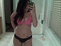 Sexy Amateurin fotografiert sich selbst nackt