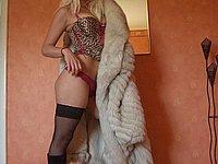 Blondes Luder in schwarzen Stiefeln und Strapsen beim Sex