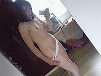 Hübsches Mädchen fotografiert sich selbst nackt