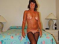 Reife Frau in schwarzen Strapsen