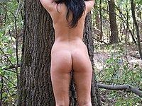 H�bsche junge Frau nackt im Freien