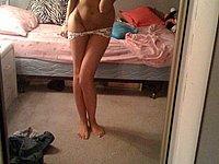 Junges geiles Luder fotografiert sich selbst nackt