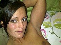 Junge h�bsche Frau posiert nackt auf dem Bett