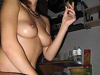 Junge scharfe Amateurin zeigt ihre nackte Muschi
