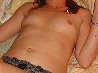 Ehefrau zeigt ihre nackten Br�ste und ihre behaarte Muschi
