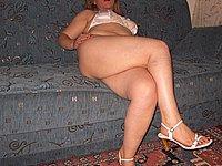 Hausfrau nackt beim Rauchen