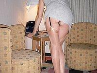 Strapsmaus zeigt ihre Beine und ihre Muschi