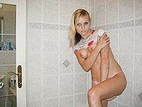H�bsche junge Blondine l�sst im Badezimmer die H�llen fallen