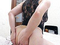 Hausfrau zeigt ihre feuchte Spalte