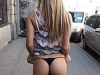 Scharfe junge Blondine zeigt ihm Freien ihre Titten und ihren Arsch