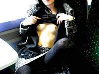 Im Bus zeigt sie ihre nackten Br�ste und ihre Muschi