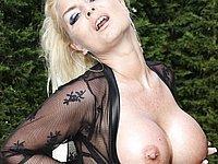 Scharfe Blondine mit geilen dicken Titten