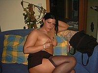 Luder mit vielen Piercings nackt und beim Blasen
