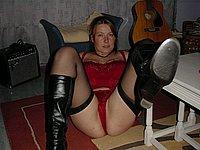 Junge Frau zeigt ihre nackten Brüste und ihre Muschi