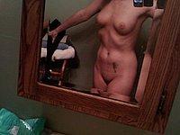 Sch�nes M�dchen fotografiert sich selbst nackt