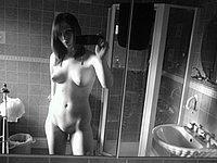 Scharfes M�dchen fotografiert sich selbst nackt im Badezimmer