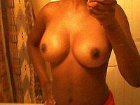 Laura (31) fotografiert ihre nackten Br�ste