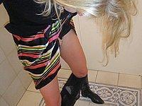 Blonde Sau zeigt ihre M�se auf der Toilette