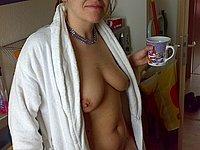 Reife Frau zeigt ihre schlaffen Br�ste