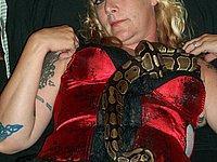 Reife Blondine mit Tattoos und in sexy Unterw�sche