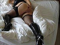Scharfe Blondine mit dicken Titten in schwarzen Strapsen und Stiefeln