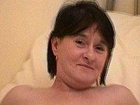 Reife Frau mit blank rasierter Muschi