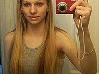 Junge Blondine fotografiert sich selbst nackt