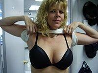 Blonde Hausfrau zeigt dir ihre nackten Titten