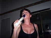 Hausfrau mit dicken Titten befriedigt sich selbst
