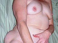 Geile reife Hausfrau nackt auf dem Bett