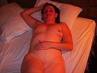 Sch�ne Frau privat nackt auf dem Bett