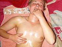 Blondes Luder mit geiler blanker Muschi