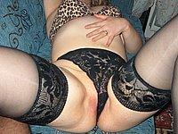 Willige Ehefrau in schwarzen Strapsen